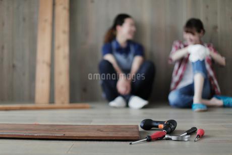 DIYの途中で休憩する女性2名の写真素材 [FYI02069456]