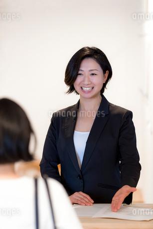 接客する旅行代理店の女性スタッフの写真素材 [FYI02069463]