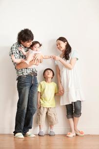 赤ちゃんを抱く4人家族のポートレートの写真素材 [FYI02069464]