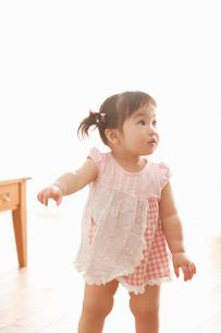リビングで立ち歩きをする赤ちゃんの写真素材 [FYI02069470]