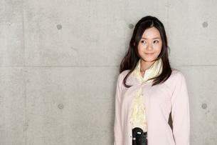 右上を見つめて微笑む女性のポートレートの写真素材 [FYI02069478]