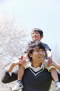 息子を肩車する父親の写真素材 [FYI02069492]
