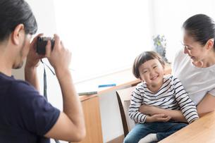 母子を撮影する父親の写真素材 [FYI02069501]