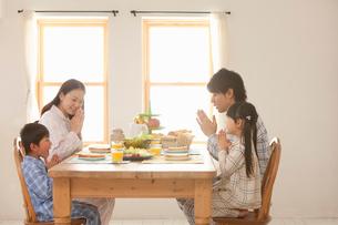 朝食時にいただきますをする4人家族の写真素材 [FYI02069512]
