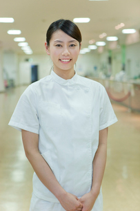施設内で笑顔の女性介護士の写真素材 [FYI02069516]