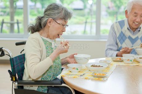 介護施設で食事をするシニア女性の写真素材 [FYI02069532]