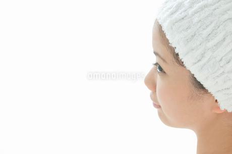 ヘアバンドをした若い女性の横顔の写真素材 [FYI02069533]