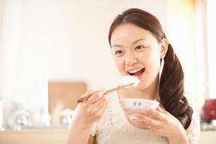 ご飯を食べる女性の写真素材 [FYI02069542]