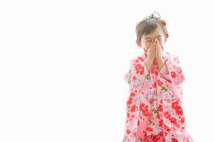 七五三の着物を着た笑顔の女の子の写真素材 [FYI02069547]