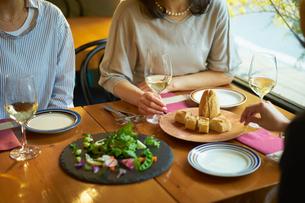 食事をする女性3人の写真素材 [FYI02069552]