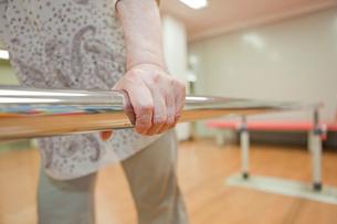 リハビリ施設で歩行訓練をするシニア女性の写真素材 [FYI02069563]