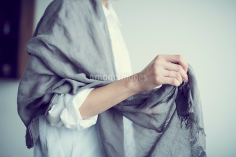ストールを羽織る女性の写真素材 [FYI02069566]
