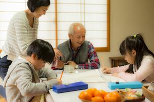 こたつでくつろぐ家族の写真素材 [FYI02069568]
