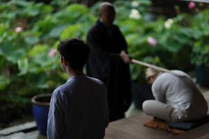 座禅をする外国人カップルの写真素材 [FYI02069572]