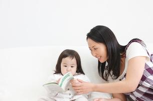 子供に母子手帳を見せる母親の写真素材 [FYI02069579]