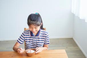 ヨーグルトを食べる女の子の写真素材 [FYI02069586]