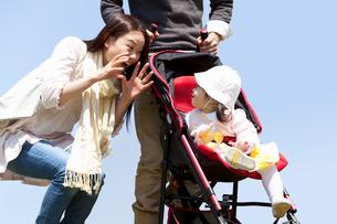 ベビーカーの赤ちゃんと若い夫婦の写真素材 [FYI02069598]