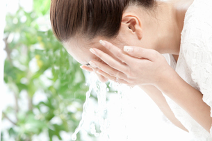 顔を洗う若い女性の写真素材 [FYI02069629]