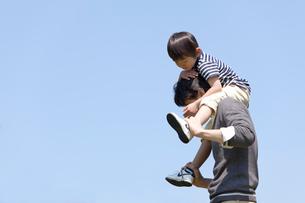 息子を肩車する父親の写真素材 [FYI02069649]
