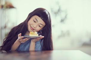 タルトを持つ女の子の写真素材 [FYI02069653]