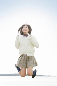 ジャンプする女子高校生の写真素材 [FYI02069654]