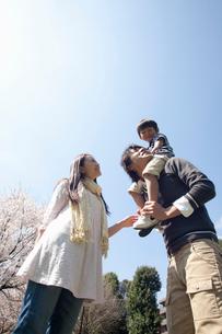 息子を肩車する父親と寄り添う母親の写真素材 [FYI02069665]