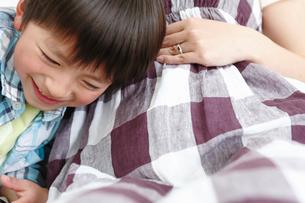 お母さんのおなかに耳をあてる息子の写真素材 [FYI02069675]
