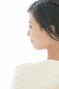 タオルを肩に掛けた若い女性の横顔の写真素材 [FYI02069682]