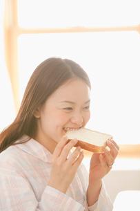 パジャマ姿で朝食をとる女性の写真素材 [FYI02069685]
