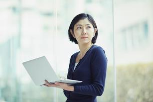 ノートパソコンを持つ女性の写真素材 [FYI02069697]