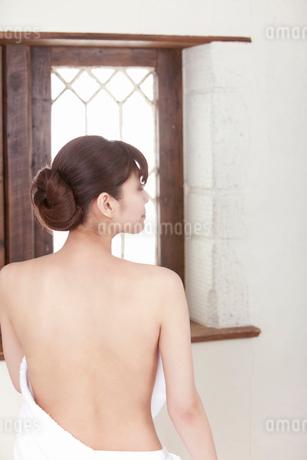 横を向いた若い女性の背中の写真素材 [FYI02069723]