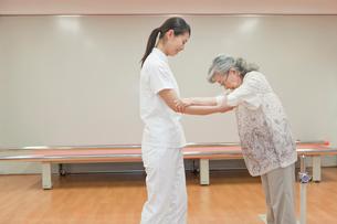 リハビリ施設でシニア女性の介助をする女性介護士の写真素材 [FYI02069725]