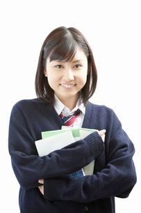 参考書を抱えて微笑む女子高校生の写真素材 [FYI02069743]