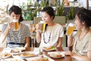 女子会をする女性3人の写真素材 [FYI02069744]
