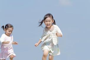 走っている姉妹の写真素材 [FYI02069749]