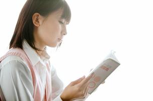 参考書を読む女子高校生の写真素材 [FYI02069754]