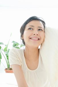 タオルで髪の毛を拭く若い女性の写真素材 [FYI02069755]