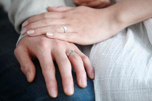 寄り添う夫婦の手の写真素材 [FYI02069799]