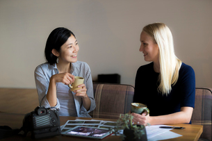 ミーティングをする外国人と日本人の写真素材 [FYI02069808]