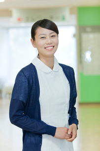 病院のロビーで笑顔でこちらを見る看護師の写真素材 [FYI02069823]