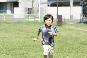 公園を走る男の子の写真素材 [FYI02069825]