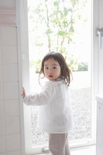 ドアの手前で振り向く幼児の写真素材 [FYI02069832]