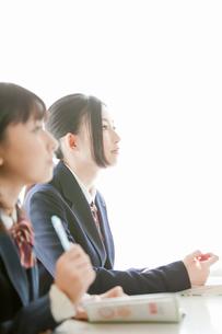 授業を受ける女子高校生の写真素材 [FYI02069852]