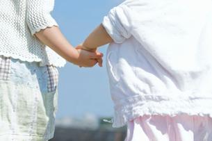 手をつないで散歩する姉妹の写真素材 [FYI02069882]