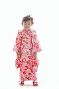 七五三の着物を着た女の子の写真素材 [FYI02069892]