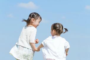 手をつないで散歩する姉妹の写真素材 [FYI02069905]