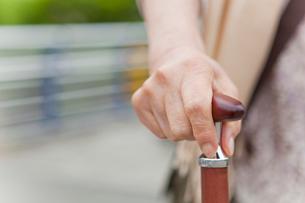 杖を持ったシニア女性の手元の写真素材 [FYI02069921]