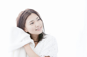 タオルで髪の毛を拭く若い女性の写真素材 [FYI02069923]