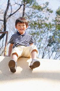 公園の遊具で遊ぶ男の子の写真素材 [FYI02069924]