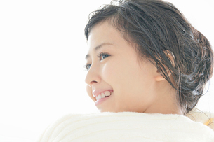タオルで髪の毛を拭く若い女性の写真素材 [FYI02069930]
